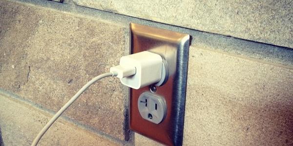 Si el cargador no está conectado al móvil pero sí que está enchufado, sí que consume energía